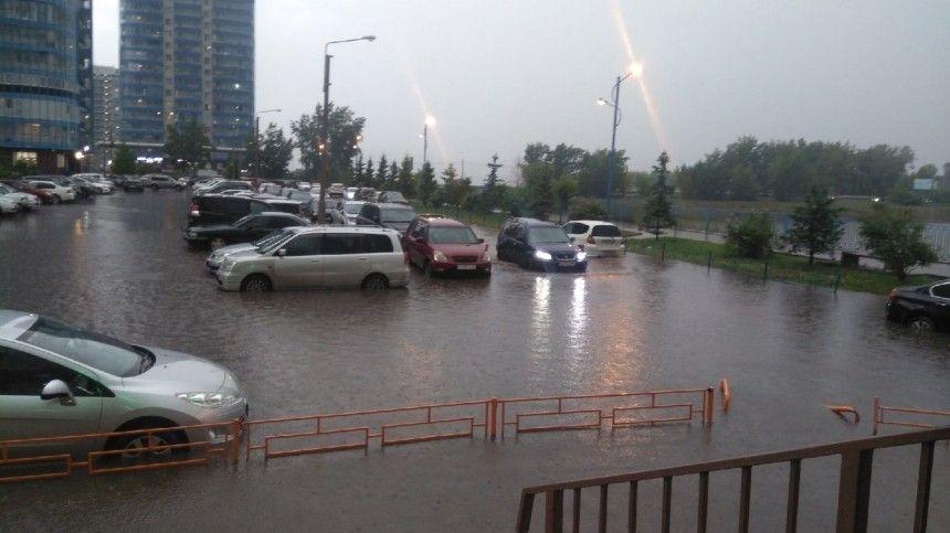Местные жители публикуют всоциальных сетях ролики споследствиями потопа— наулицах города тонут машины, даже вмагазинах люди стоят поколено вводе.