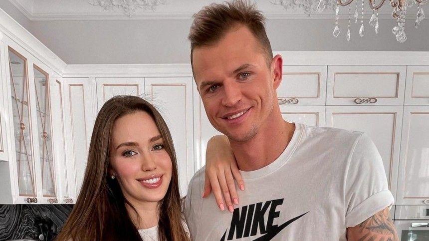 Поклонники закидывают модель предположениями, почему они смужем футболистом Дмитрием Тарасовым решились наеще одного ребенка.