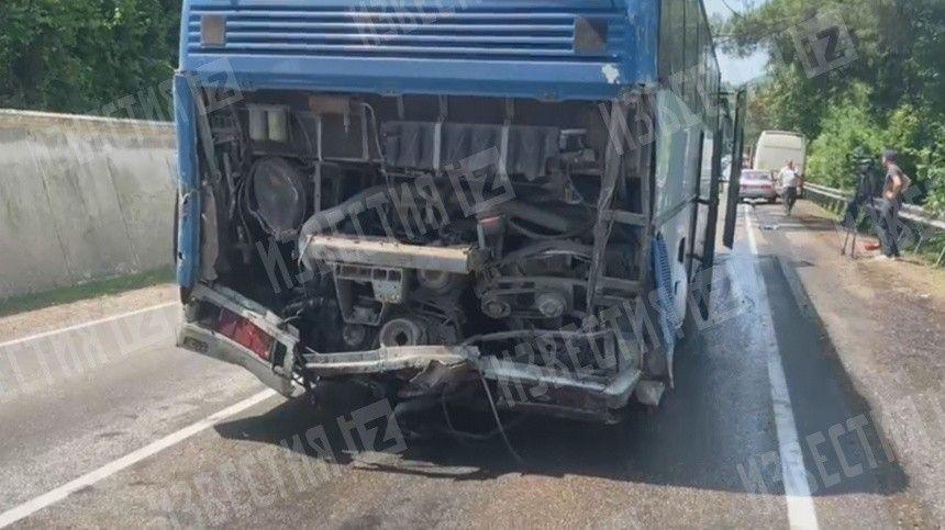 Авария произошла натрассе Сочи— Джубга. Отудара один изавтобусов загорелся.