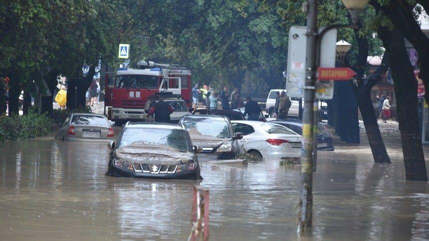 Водном израйонов надорогу сошел оползень, под грязевым потоком оказалась машина.