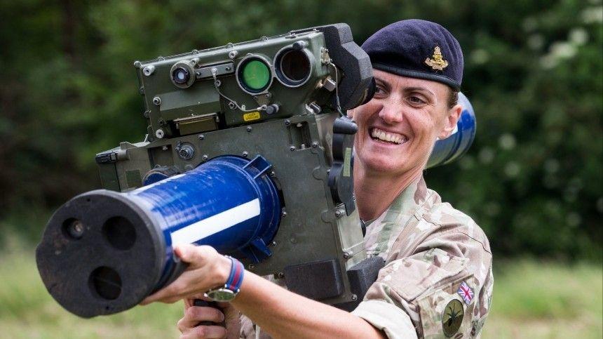 Британский военнослужащий показал, чем его кормят встоловой вНезалежной.
