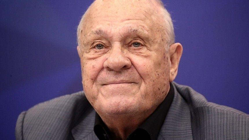 Оскароносный режиссер скончался отвирусной пневмонии.