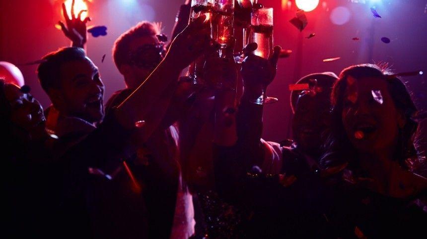 Никита Кучеров, Андрей Василевский иМихаил Сергачев невпервый раз слушают русскую музыку сдругими участниками «Тампэ-Бэй».