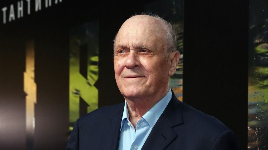 Артист сыграл вкартине скончавшегося откороновируса режиссера «Ширли-мырли» сразу три роли.