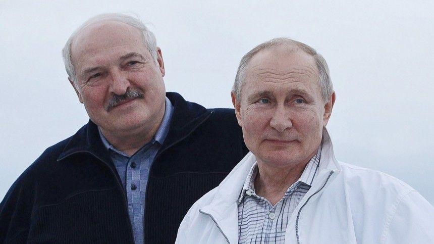 Российский глава иего белорусский коллега обсудят развитие сотрудничества двух стран имеждународную проблематику. Лукашенко уже прилетел вСеверную столицу России.