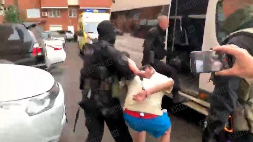 Под руки вывели бойцы СОБР: видео задержания иркутянина, грозившего выбросить сына с 13 этажа