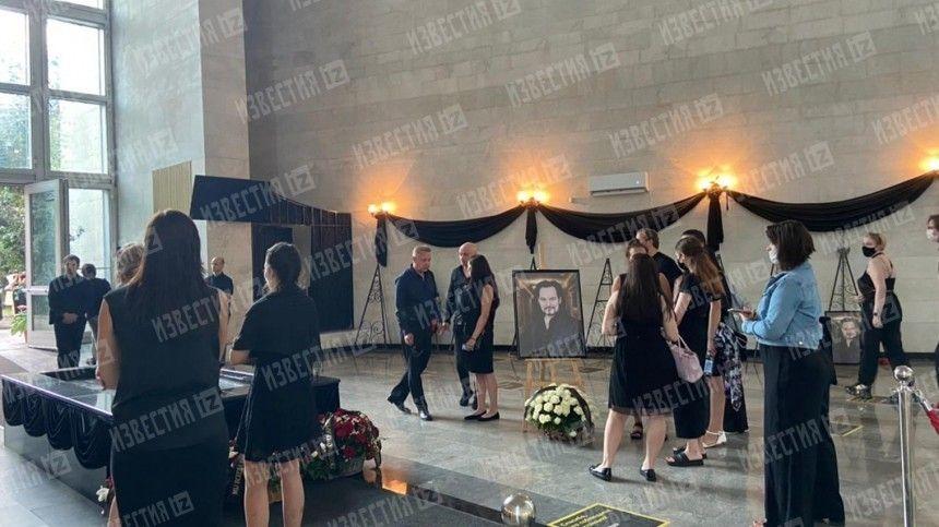 Под Вечную память: гроб с телом Бориса Горячева отправился на лифте в зал кремации