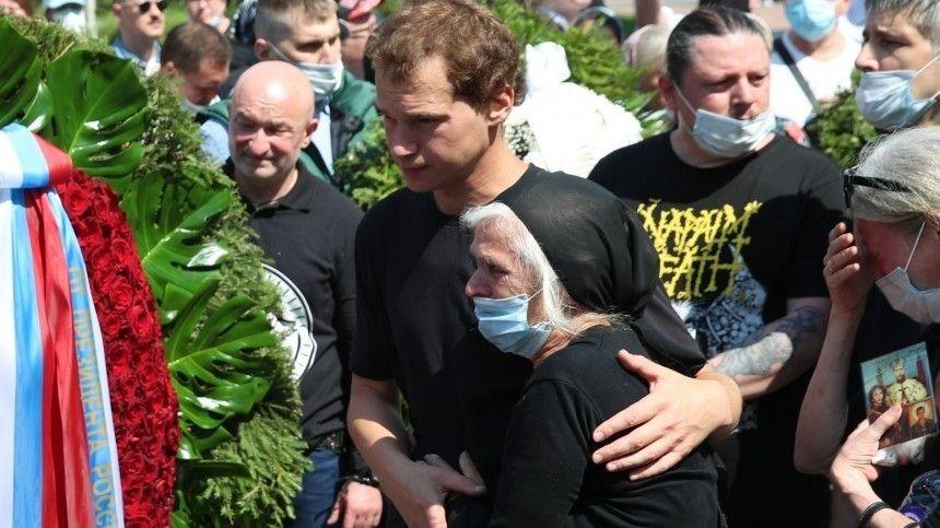 Гроб не влез в могилу! Петра Мамонова похоронили на Верейском кладбище в Подмосковье