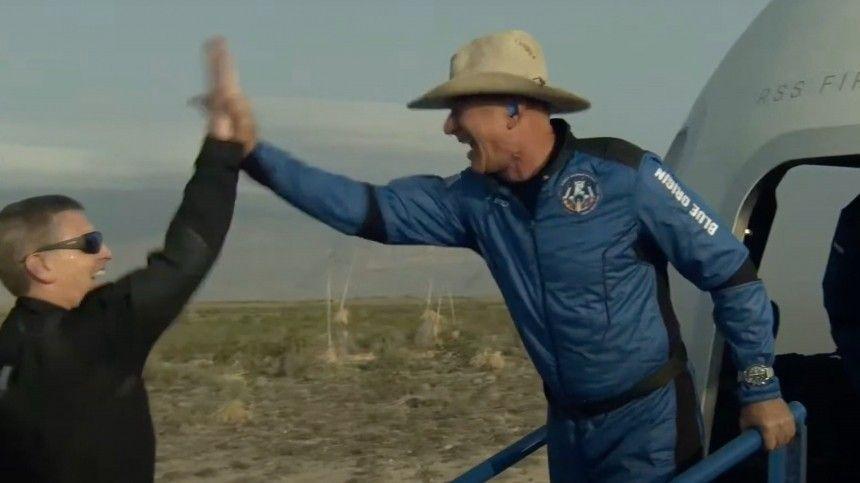 Миллиардер Джефф Безос совершил первый суборбитальный полет, ачуть раньше свой прыжок вкосмос осуществил его конкурент Ричард Брэнсон.