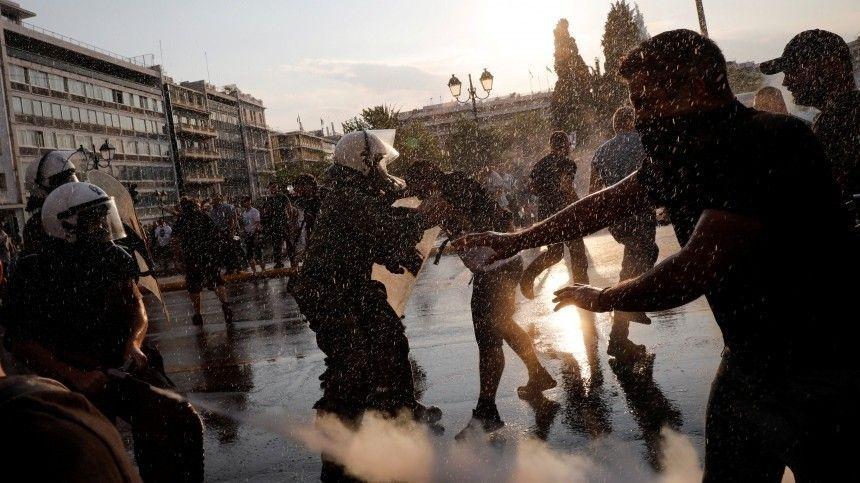 Наулицах начались ожесточенные столкновения. Сообщается почти одесятке задержанных.