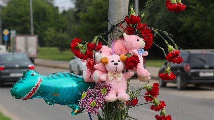 Под колеса автомобиля обвиняемой попали трое детей. Мальчики трех ипяти лет скончались отполученных травм вбольнице. Девятимесячную девочку врачам удалось спасти.