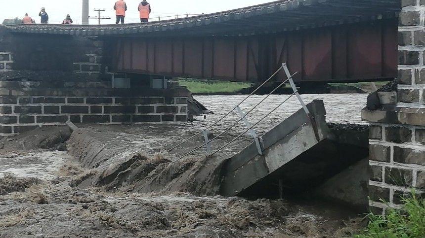 ВЗабайкальском крае из-за сильных дождей произошло обрушение железнодорожного моста.