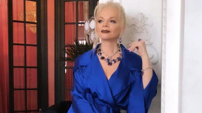 Сбросившая 23 килограмма ипомолодевшая певица приняла участие впраздничном вечере выпускников Московского института культуры.