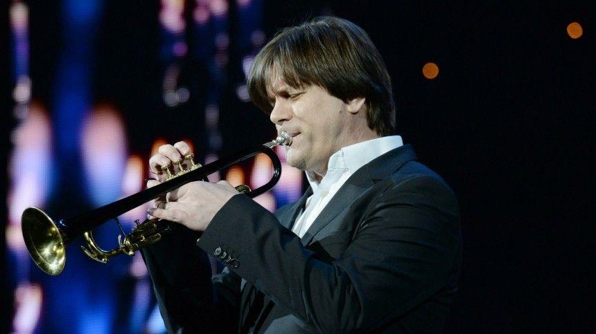 Пословам музыканта, онобрел славу благодаря дуэту сэпатажным певцом итанцовщиком.