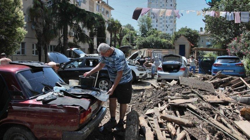 Сильные дожди продолжают мучить югРоссии. Потоками скопившейся воды сносит людей иавтомобили.