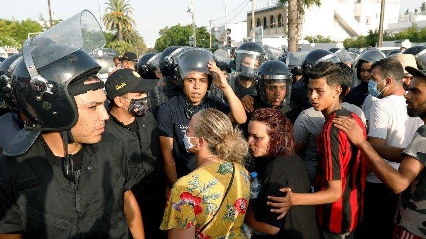 Обстановка накаляется скаждым часом. Президент Туниса издал указ овведении запрета наперемещения людей ипередвижение транспортных средств навсей территории страны.