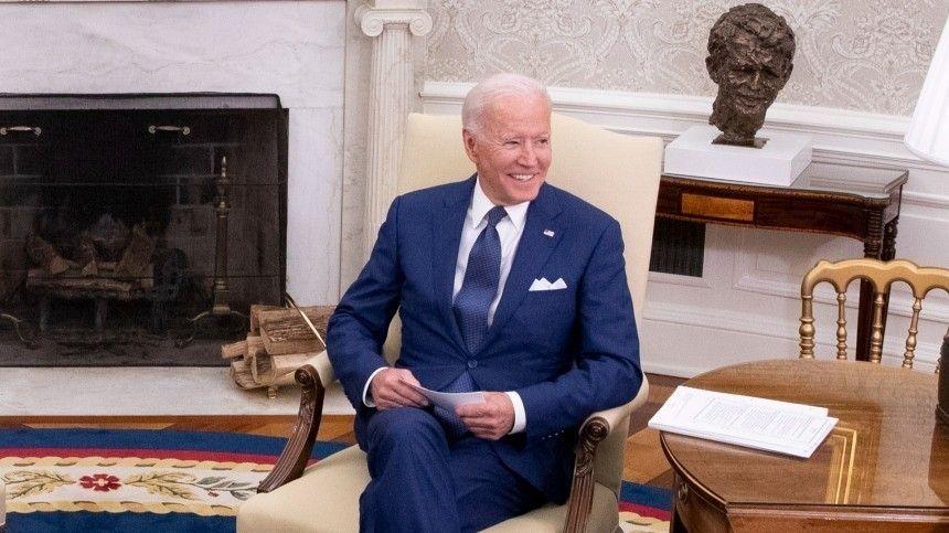 Вовремя одного изпоследних выступлений президента США журналистам удалось сфотографировать карточки, без которых тот непоявляется напублике.