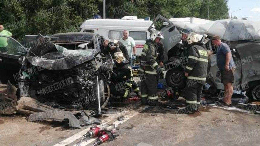 Появились фото и видео с места смертельного ДТП в Ленобласти с тремя авто