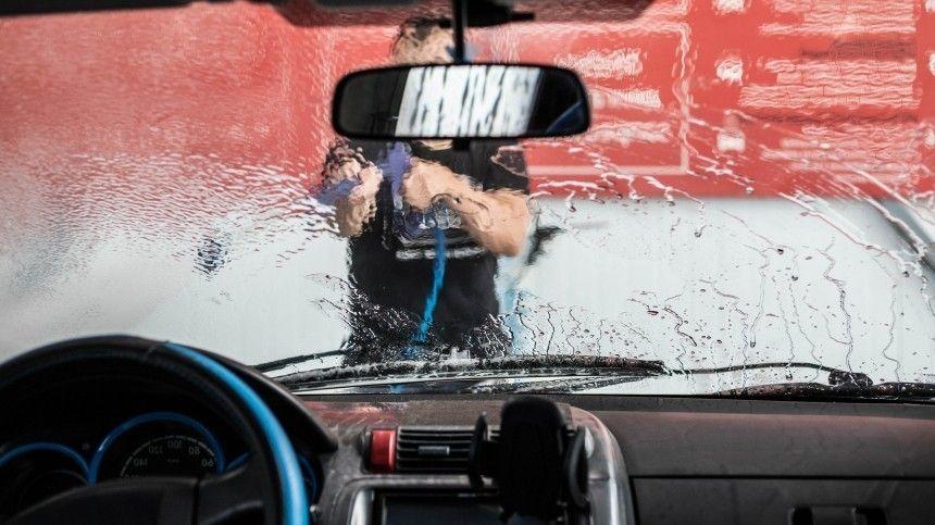 Чем налипшие комары имошки опасны для автомобиля? Как правильно отних избавиться, неповредив автомобиль?