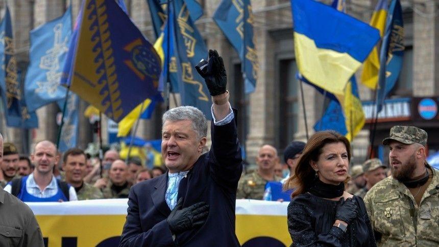 НаУкраине масштабными торжествами отмечают 30-летие суверенитета страны. Наглавную столичную улицу прибыл иэкс-президент, накоторого поспешили напасть неизвестные.