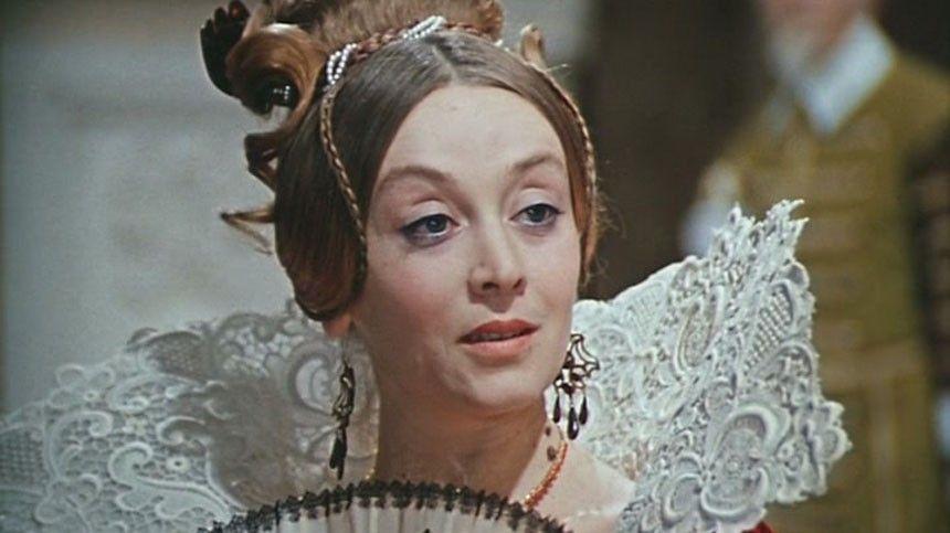 Кто еще носил платье Нади из«Иронии судьбы»? Что общего укартин «Девушка без адреса» и«Москва слезам неверит»?
