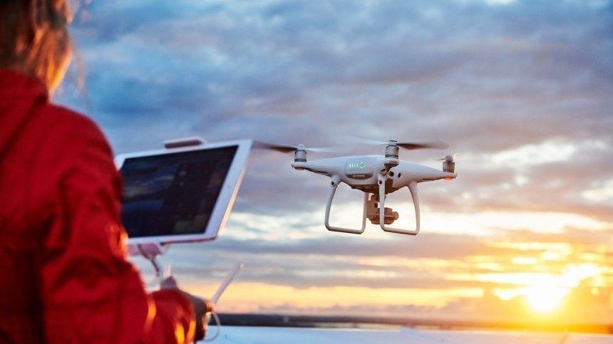 Операторы продемонстрировали свое мастерство вуправлении дронами напредельных скоростях. Атакже показали фигуры высшего пилотажа.