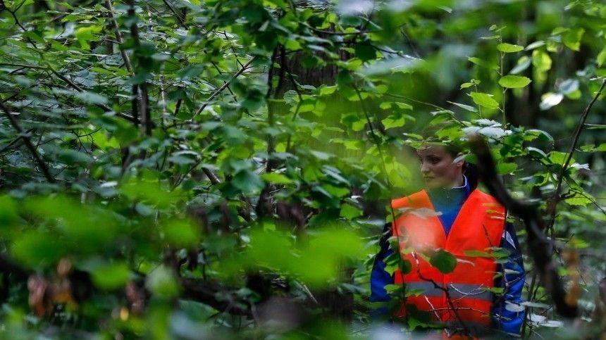 Две девочки пропали 6сентября. Последний раз ихвидели утром перед школой вмагазине снеизвестным мужчиной, который покупал имконфеты. 7сентября были найдены тела детей.