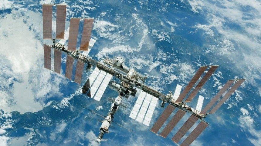 Олег Новицкий иПетр Дубров должны подключить силовые кабели ксистеме энергоснабжения нового модуля «Наука».