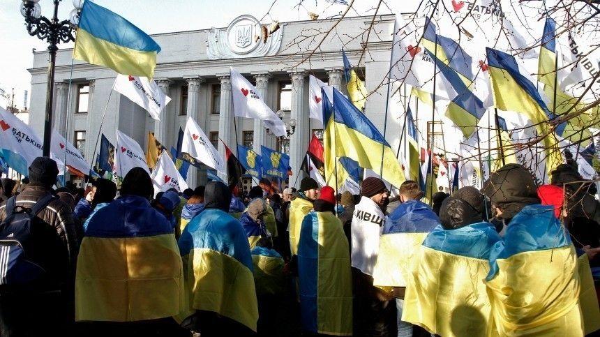 Протестующие требуют отдействующих властей прекратить давление наоппозицию.