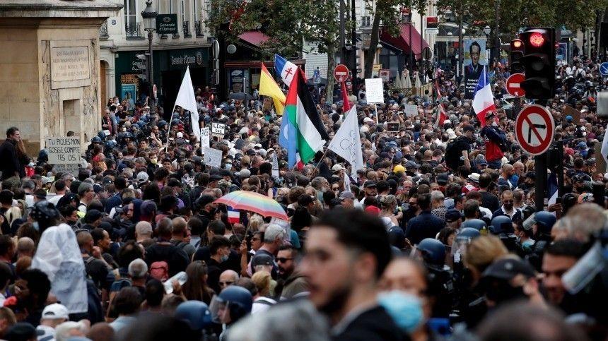 Акции протеста зачастую заканчиваются прямыми столкновениями сполицией.