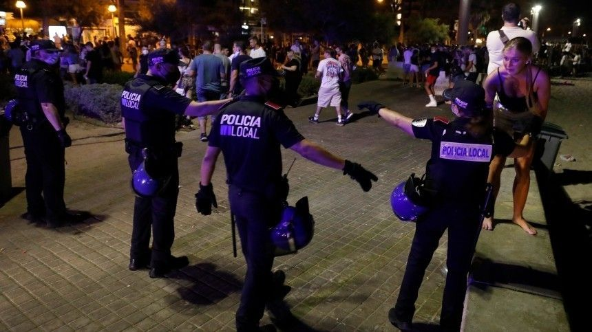 Протестующие окружили кортеж Марка Рютте после решения властей овведении COVID-пропусков для посещения общественных мест.