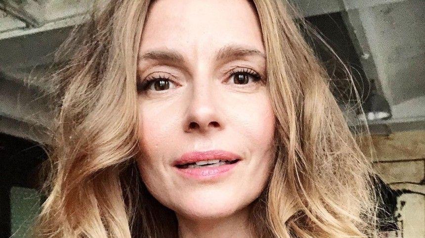 Российская актриса более года невиделась сСаймоном Бассом из-за ограничений, вызванных пандемий коронавируса.