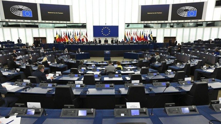 Депутаты стран, несогласных спринятием Европарламентом документа, призывающего кразработке стратегии противодействия российскому вмешательству, выступили скритикой решения Брюсселя.