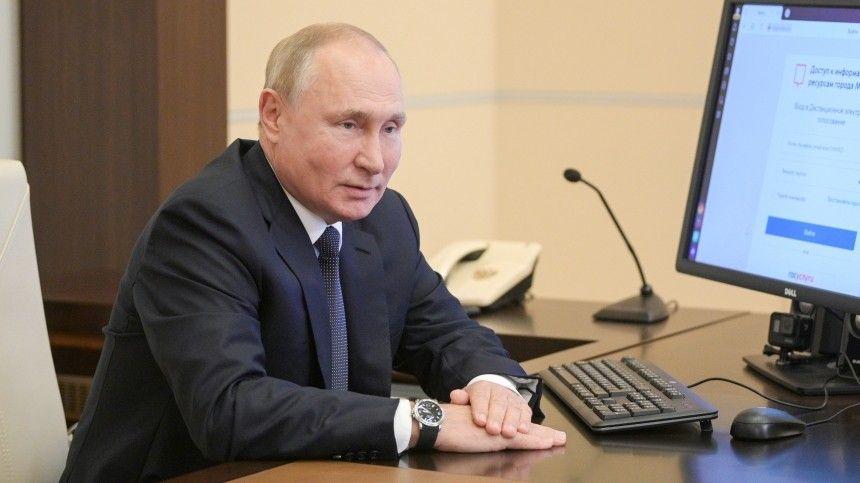 Журналисты обратили внимание, что нафотографиях президента вовремя электронного голосования стоит начасах 10сентября, ане17-е.