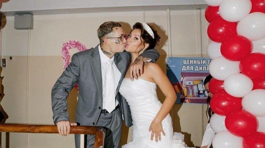 Свадьба эпатажного рэпера сблогером Диларой Зинатуллиной стала главным событием прошедшего лета, теперь фанаты снетерпением ждут новостей оприбавлении вмолодой семье.