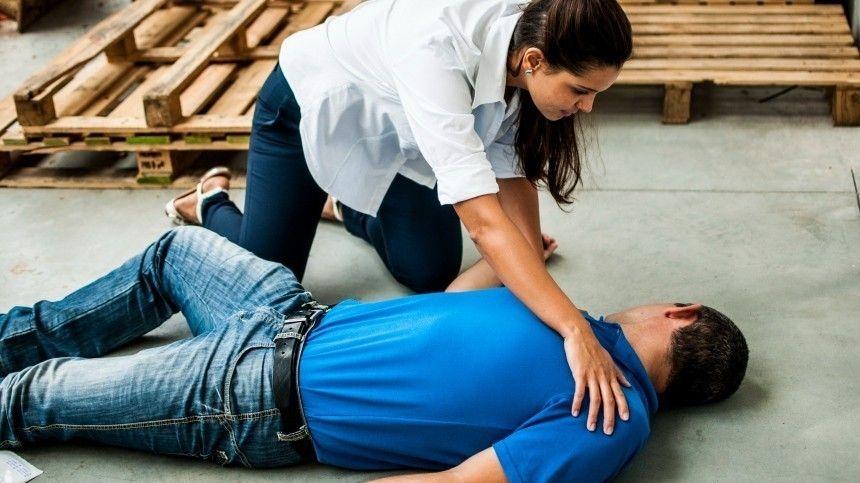 Врач-кардиолог дала простые советы, как привести вчувство человека, укоторого резко понизилось давление.