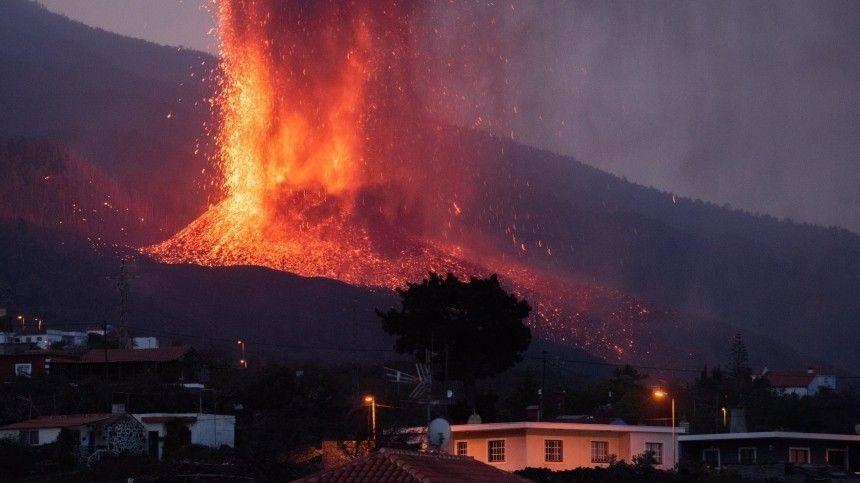 Извержение вулкана наКанарских островах уже вызвало обрушение скал назападном побережье. Сейсмологи прогнозируют гигантский оползень, который может вызвать цунами.