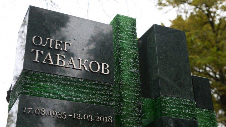 Смомента смерти актера ирежиссера прошло уже больше трех лет, ивсе это время наего могиле наНоводевичьем кладбище стоял простой деревянный крест.