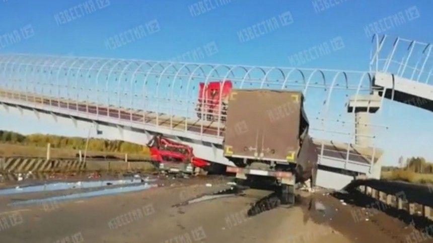 Опубликовано видео последствий обрушения моста, раздавившего фуры под Пермью