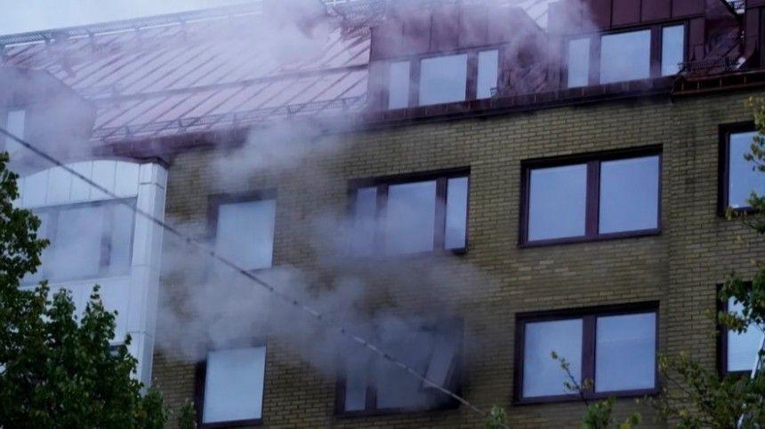Спасаясь отпожара, люди прыгали ивылезали изокон.