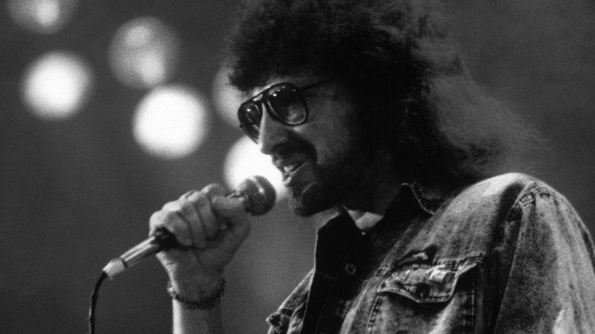 Знаменитому певцу было 63 года. Точная причина его смерти пока неназвана.