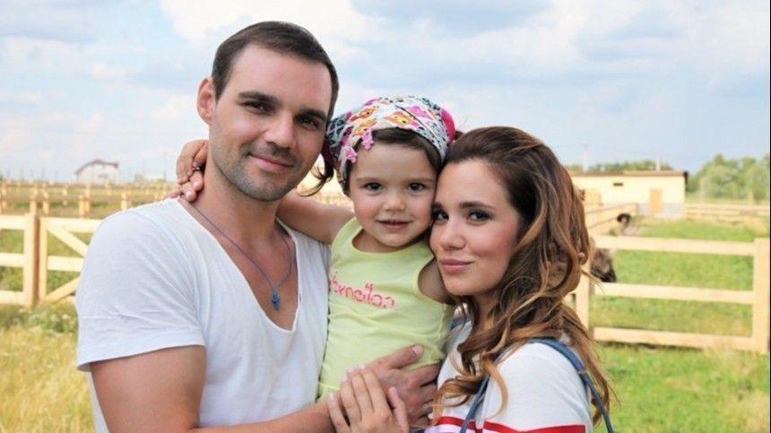Актера Артема Алексеева госпитализировали всостоянии психоза. Поуверениям молодой женщины, онбил еемноголет. Сейчас звезда хочет начать новую жизнь.