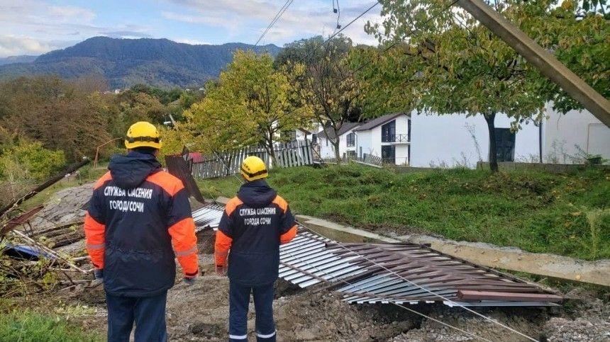 Разрушены дороги и дома: последствия ливней и оползня в Сочи сняли на видео