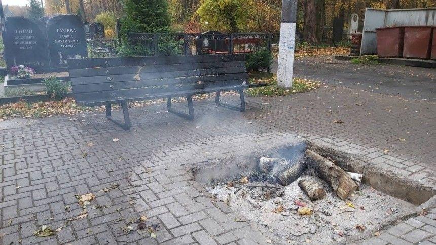 Вандалы сожгли лавочку у могилы Виктора Цоя