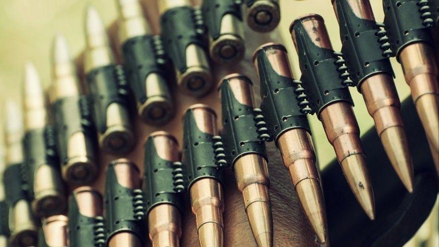 Несколько десятков боевых патронов, обнаруженных натранспортерной ленте, изъяты правоохранителями для расследования.