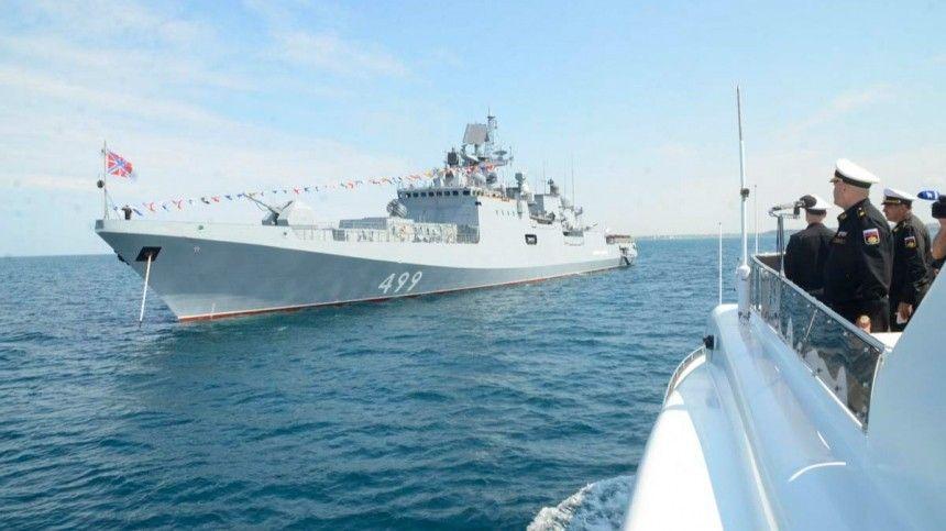 Морские суда подавили береговую оборону условного противника неуправляемыми реактивными снарядами.