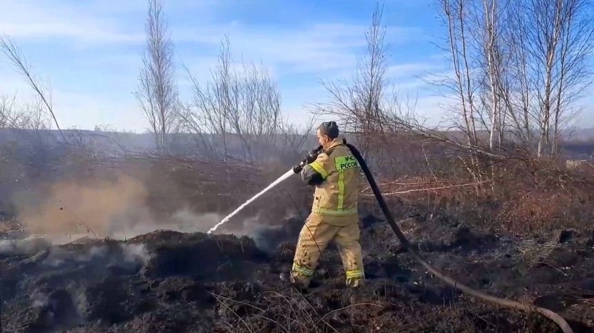 Очагов много ивсе они находятся наглубине нескольких метров. Пожарные работают практически без отдыха.
