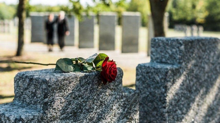 Вместах захоронения покойных очень много негативной энергетики, поэтому стоит быть особенно внимательным, чтобы непривлечь беду всвою жизнь.