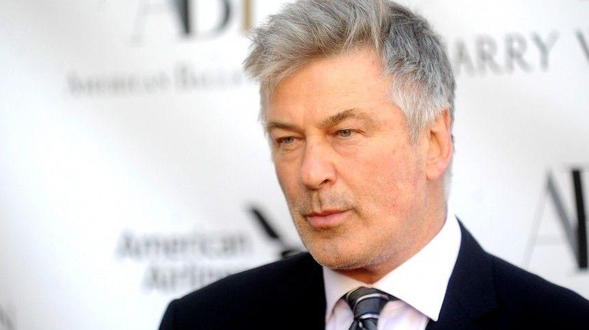 Помнению известного кинодеятеля, как минимум трое участников съемочной группы могут быть виноваты внесчастном случае насъемках голливудского фильма.