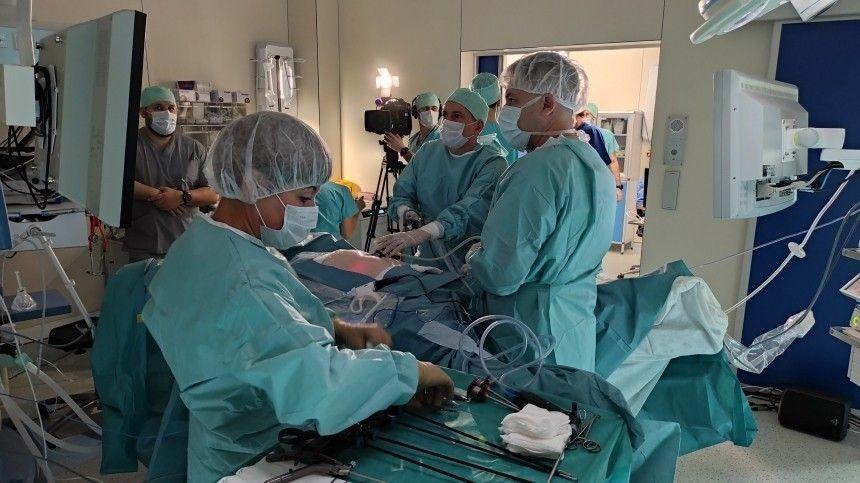 Хирурги обсудили актуальные вопросы диагностики колоректального рака ипровели пациентам бесплатные показательные операции.